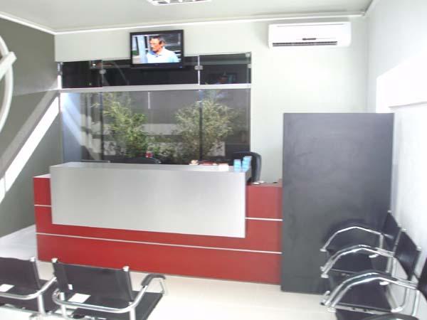 Sala de espera de clínica com longarinas de             couronatural Supreme