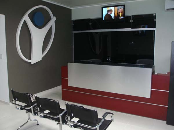 Sala de espera de clínica com longarinas de couro natural Supreme
