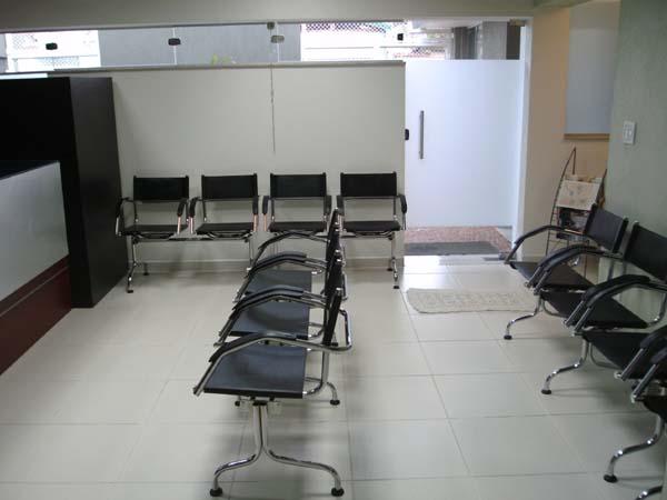 Sala de espera de cl�nica com longarinas de couro natural Supreme